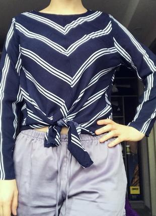 Темно-синя блуза в косу полоску
