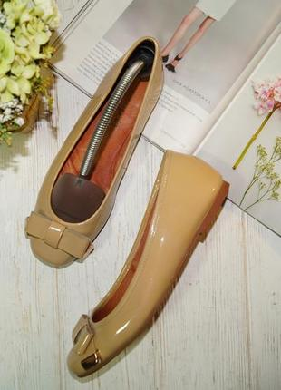 Moda in pelle. комфортные кожаные туфли на низком ходу в нюдовом оттенке