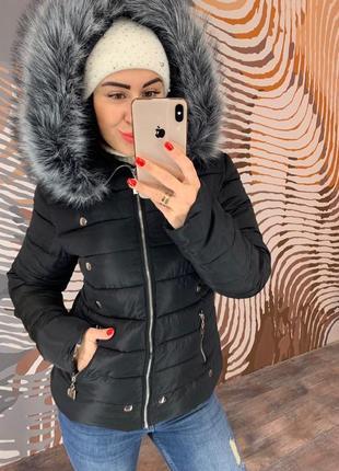 Черная зимняя синтепоновая короткая куртка с капюшоном  по акционной цене