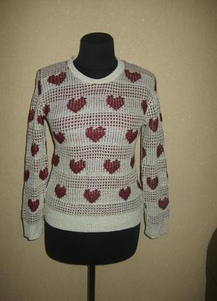 Оригинальный свитер с сердечками