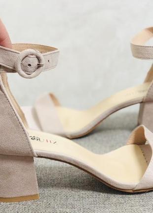 Бежевые замшевые босоножки на невысоком квадратном каблуке