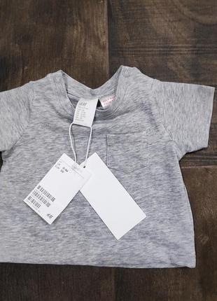 Серая детская футболка h&m на ребенка 0-1 мес. новая!