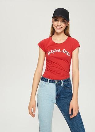 Новая красная футболка sinsay stay weird синсей оставайся странной надпись принт xs s m l