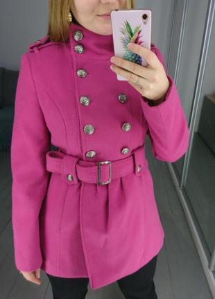 Розовое пальто в стиле милитари