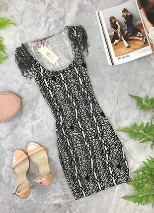 Трикотажное платье в черно-белом принте с оригинальными плечиками  dr1903104