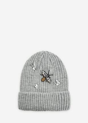 Серая шапка с пчелкой stradivarius.