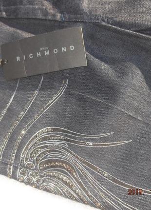 John richmond. оригинальные джинсы премиум-бренда с аппликацией из горного хрусталя.