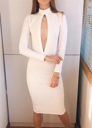 Шикарное платье с вырезом prettylittlething