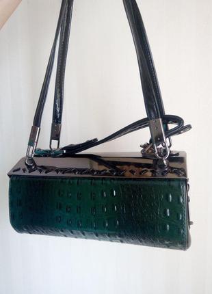 Оригинальная зелёная сумка с короткими ручками сумочка бочонок под кожу