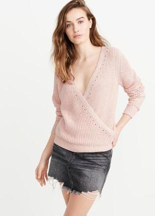 Пудровый свитер с декольте abercrombie & fitch
