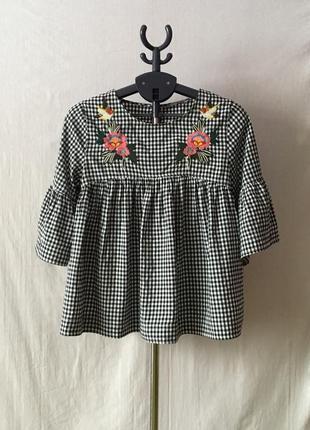 Стильная блуза с вышивкой в клетку