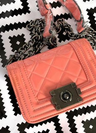 Стеганная мини сумочка на цепочке в стиле шанель