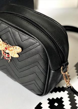 Черная структурированная сумка через плече с брошью пчела под гуччи.