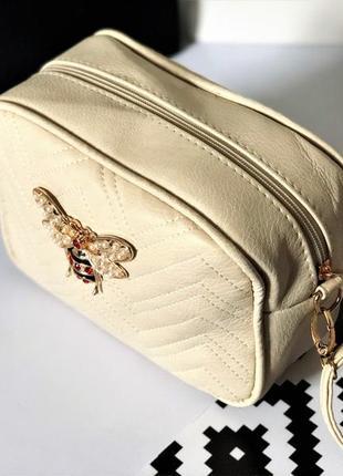 Бежевая структурированная сумка через плече с брошью пчела под гуччи