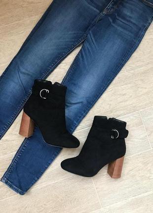 Женские демисезонные ботинки на высоком каблуке черного цвета под замшу