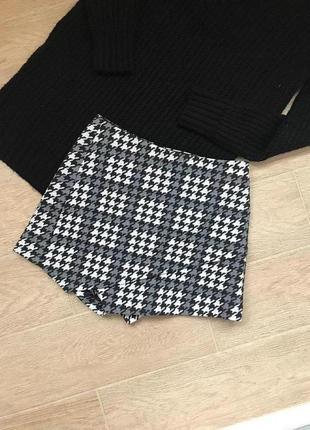 Женские теплые шорты юбка в клетку в орнамент черно белого цвета на завышенной посадке