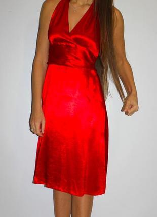 Красное яркое платье миди -за шеей метал цепочка