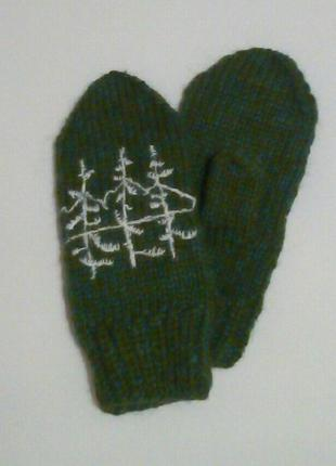 Зимние женские варежки с елками