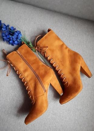 Шикарные ботильоны на шнуровке яркого цвета от catwalk