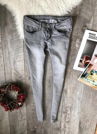Серые джинсы скинни 26