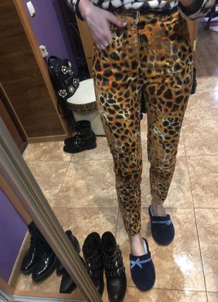 Джинсы мом высокая талия леопардовые