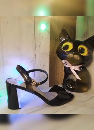 Модные лаковые босоножки, открытые туфли