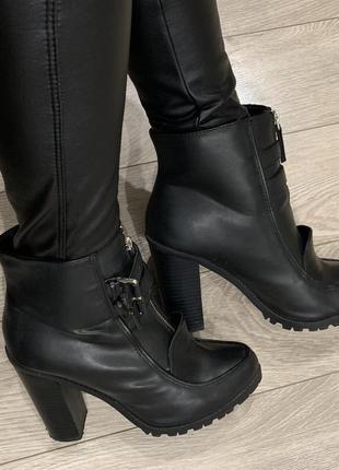 Ботинки зимние на каблуке stradivarius
