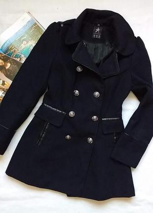 Тёмно - синее пальто в милитари -стиле с геральдическими пуговицами и кожаной каймой
