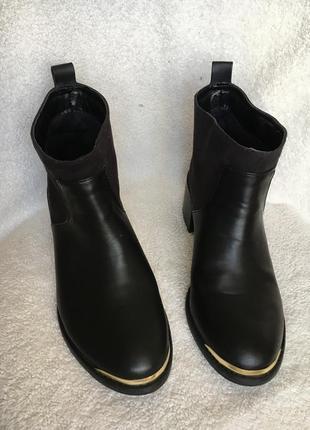 Классные актуальные ботинки на низком каблуке