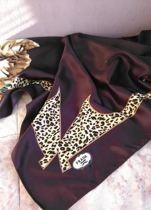 Очень красивый платок известного бренда prada