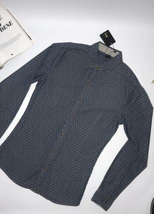 Мужская джинсовая рубашка, приталенная.
