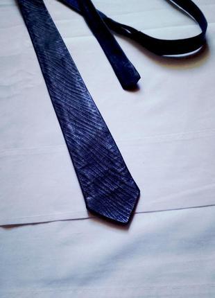 Синий кожаный галстук из тесненой кожи