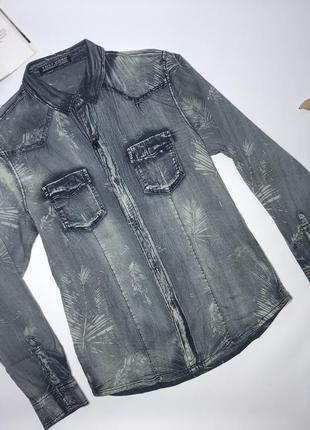 Джинсовая рубашка, приталенная.