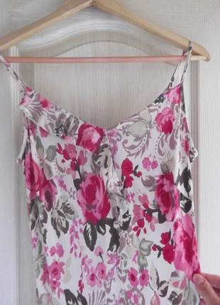 Красивое платье с розами и ассимертичным подолом per una