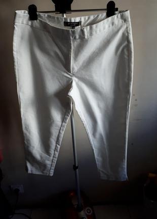 Красивые белые зауженные укороченные брюки