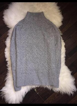 Объёмный серый свитер с горловиной