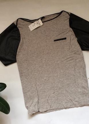 Серая футболка с кожаными рукавами