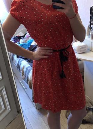 Яркое красно-оранжевое летнее платье с поясом