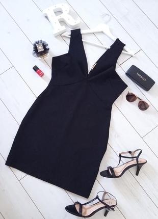 Узумительное утягивающее платье с глубоким декольтэ