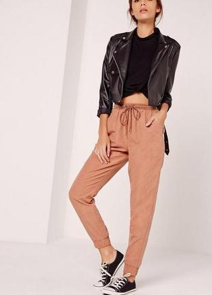 Красивые и стильные брюки персикового цвета