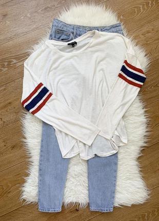 Белая кофта с полосками на рукавах