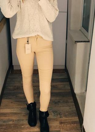 Кремовые байкерские джинсы скинни bershka