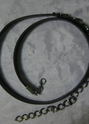 Эко-кожа, тонкий черный пояс на карабине и цепочке
