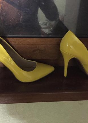 Продам классные удобные лаковые туфли.