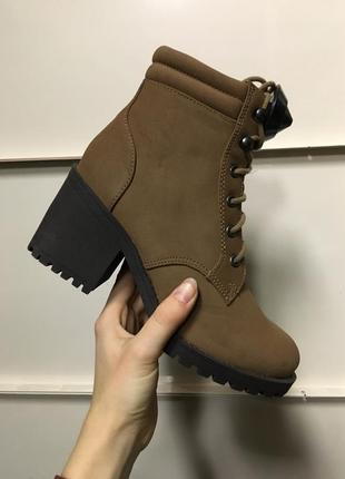 Ботинки сапоги на каблуке под замш