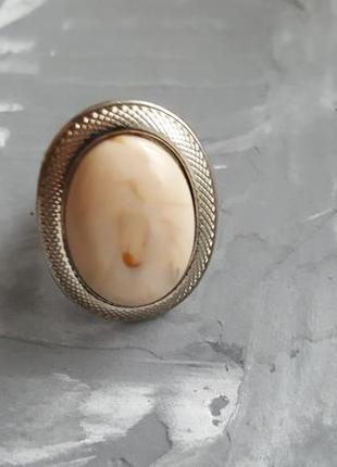 Кольцо серебряного ц в винтажном стиле с большим бежевым камнем