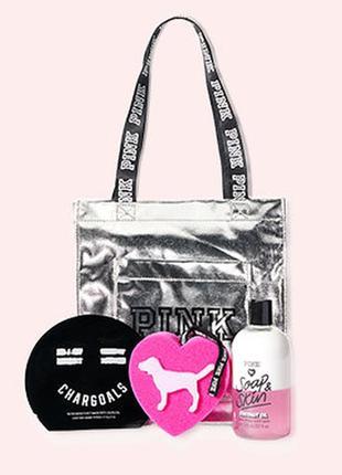 Подарочный набор из геля для душа, спонжа, маски для лица и сумочки.