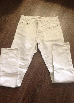 Летние белые джинсы на пуговках