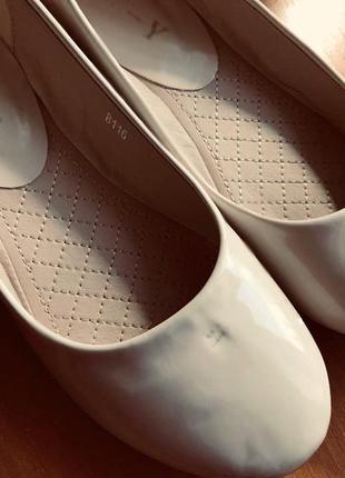 Бежевые лаковые балетки