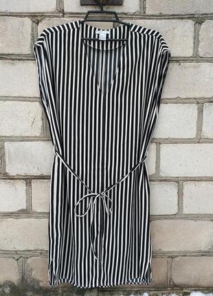 Стильное платье в полоску под пояс